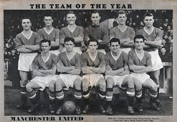 Charles-Buchan-Football-Monthly-August-1956-Aug-manchester-united-man-utd-sir-matt-busby-babes-team-squad-photo-duncan-edwards-byrne-taylor-pegg-violett