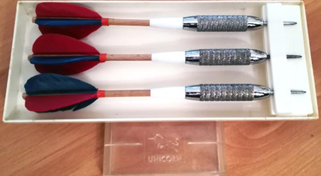 Unicorn-Feather-Darts-memorabilia-feathers-feathered-wooden-shaft-brass-silver-original-box-vintage-heavy-old-school-pub-darts